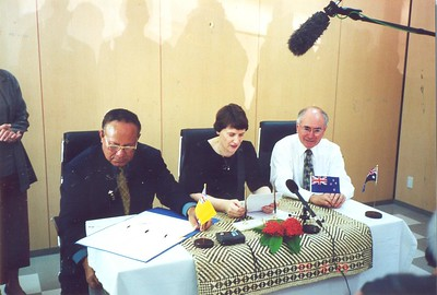 Premier of Niue Sani Lakatani, Prime Minister of New Zealand Helen Clark and the Prime Minister of Australia John Howard, at the Pacific Islands Forum in Kiribati, 2000.