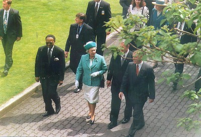 Commonwealth Secretary General Emeke Anyoku, Her Majesty Queen Elizabeth II and New Zealand Prime Minister Jim Bolger at the Commonwealth Heads of Government Meeting (CHOGM) in Auckland, 1995.