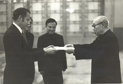 New Zealand's Ambassador to China Bryce Harland presents his credentials to Acting President of China Dong Biwu, 20 September 1973.