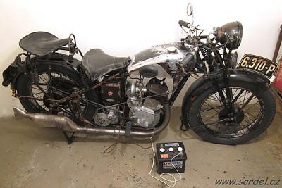 Dvě třetiny původní kabeláže se podařilo zachránit (obdobným postupem jako u bowdenů). Na motocyklu tak zůstaly i originální lisované koncovky, upevňovací pásky apod.