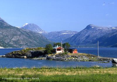 Hytte på lita øy ved Lengenes i Skjomen.