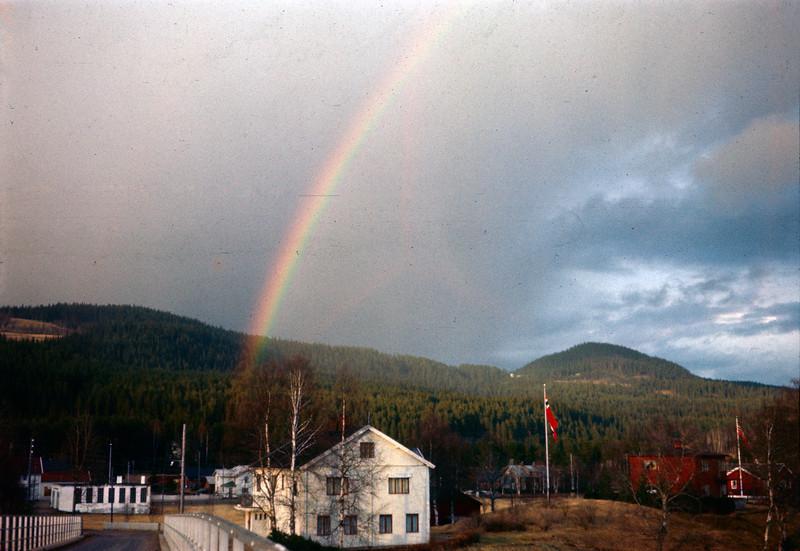 Regnbuen treffer midt på bygda i Nybergsund
