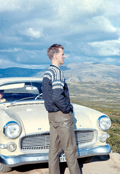 Magne poserer foran en imponerende Opel. Jeg klarer ikke helt å kjenne igjen personen i passasjersetet.