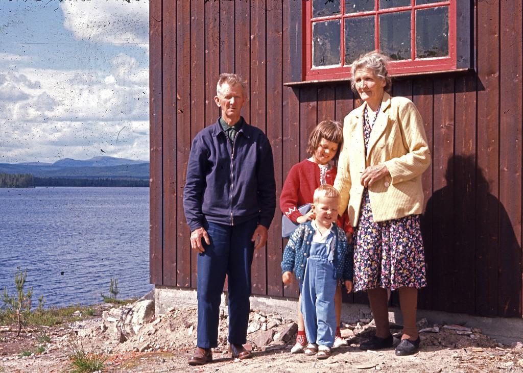 Martin (Moody'n), Laila, Svein og Marie på besøk ved Vestsjøen. Før min tid, noe som kan forklare hvorfor jeg ikke husker at de noen gang har vært der.