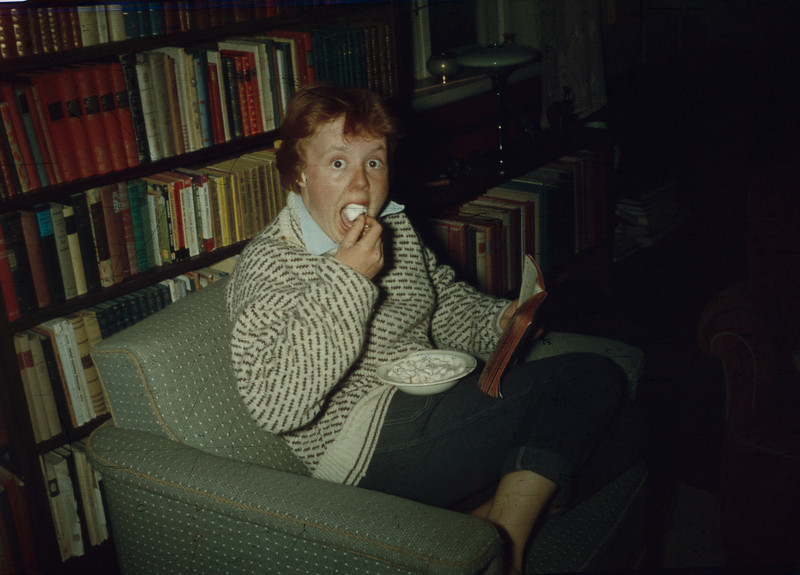 Jorun spiser i biblioteket på prestegården