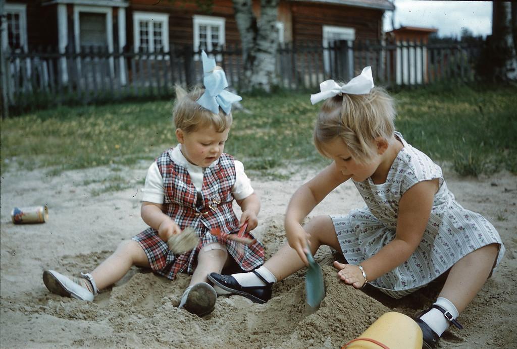 Laila og Britt Engebretsen leker i sanda ved prestegården