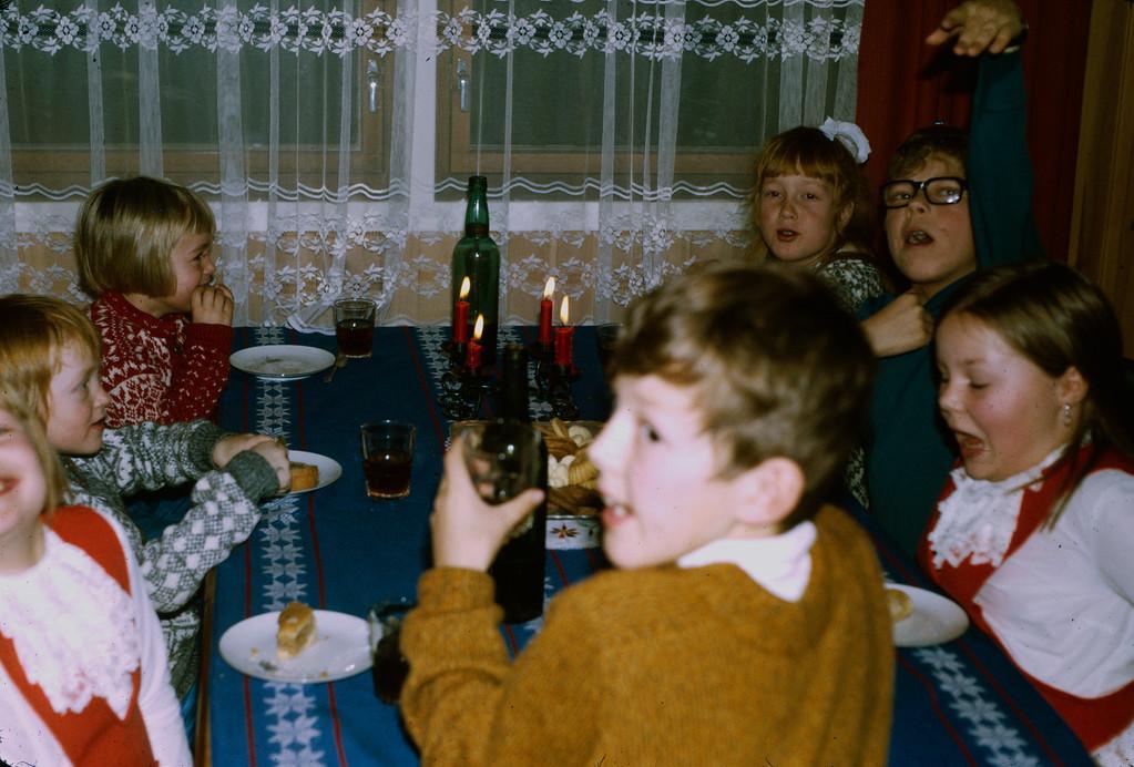 Romjulsfeiring: Irene, Siv, Marit, Bjørn, Sissel, Svein og Heidi samlet rundt middagsbordet på Vestadjordet.