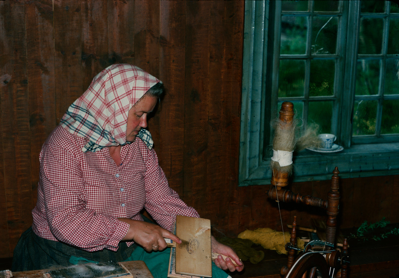 Ingeborg Kvea demonstrerer karing og spinning