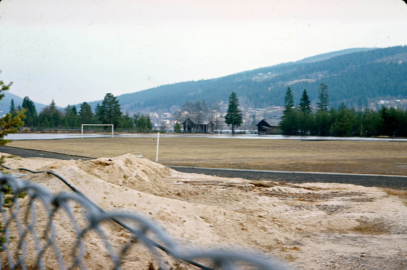 """Flommen har nådd Trysil stadion som (u)populært ble kalt """"Kuruka stadion"""" av enkelte med liten sans for nærliggende småbruk. Personlig hadde jeg ikke noe problem med det siden Deset er nærmeste nabo. Ingen tullet med kyrne til farmor!"""