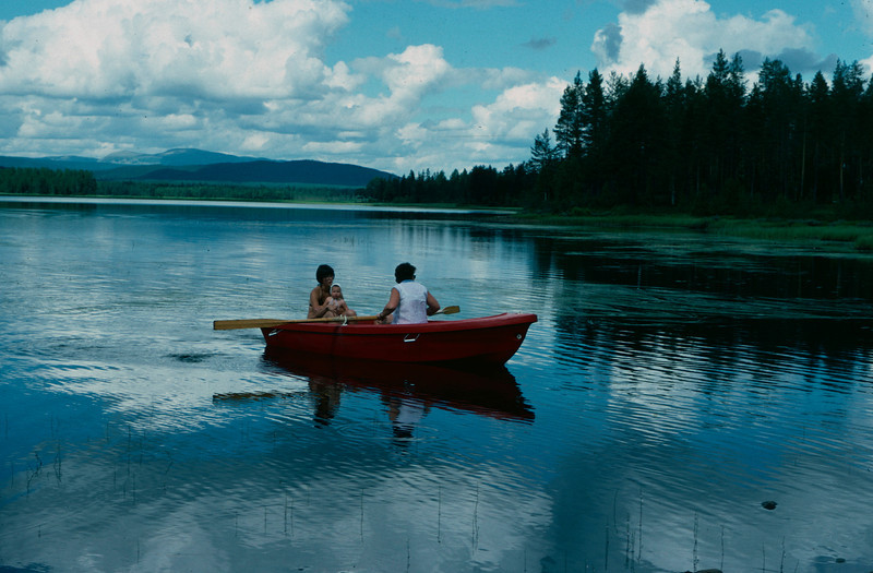 Turid ror Vestsjøen med Laila og Stine