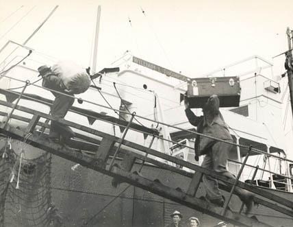 1946_Astoria_fishermen_loading_Naknek_CRPA_sailboats