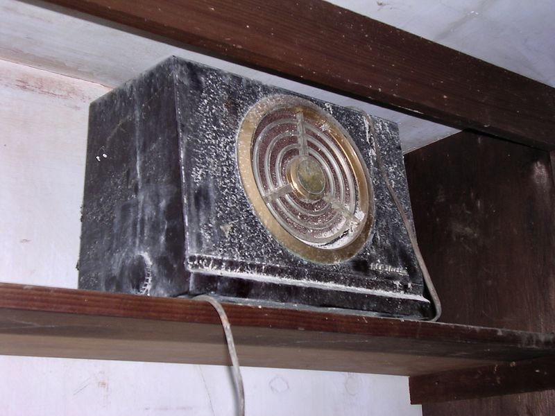 """This is an old <a href=""""http://www.tvacres.com/images/nipper2.jpg"""" target=""""_blank"""">RCA Victor</a> tube radio."""