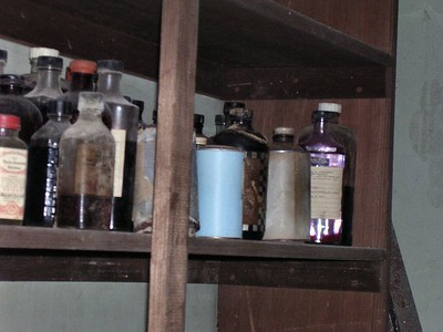 There were many medicines for dosing the horses.