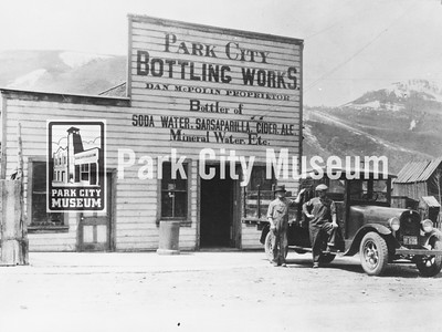 David Saunders (l) and Ed McPolin (r) outside the McPolin-owned Bottling Works, ca.1927 (Image: 1984-28-1, Nan McPolin Collection)