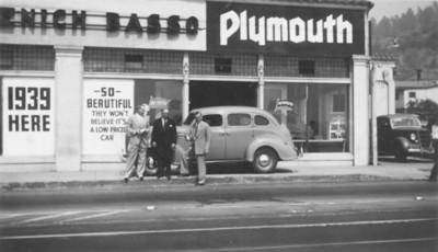 1939, Sidewalk Car Pose