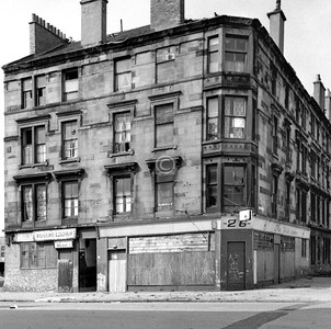 Vicarfield St and Carmichael St.  The Wid-dow's, with its apparently detached lounge bar.     July 1975