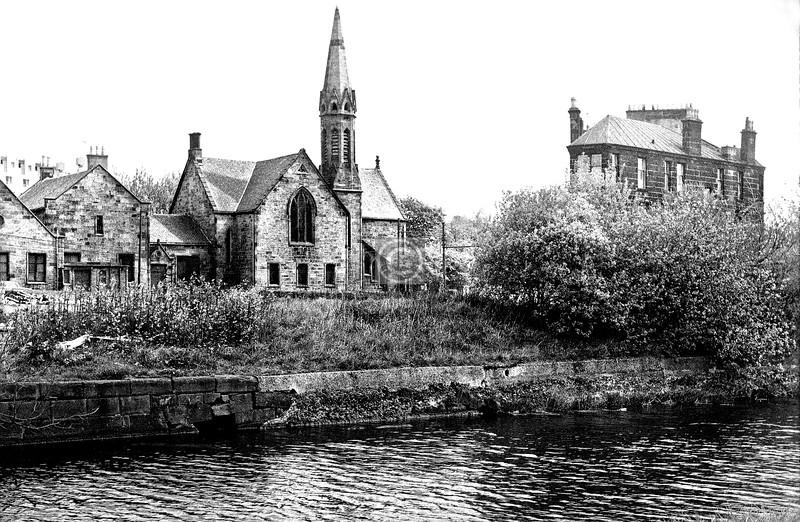 Maryhill Rd at Sandbank St.  Maryhill Free Church.  May 1975