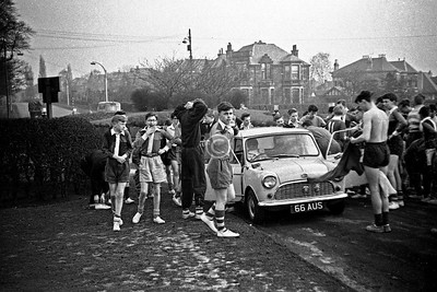 Preparing for a cross-country run in the Pollok Estate, from the Haggs Rd / Titwood Rd entrance. I have no idea how I managed to wangle a role as photographer rather than participant.Gordon Erskine (nearest the camera)