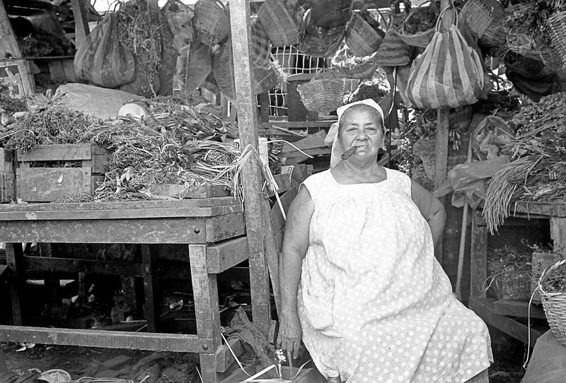 1972-106-035-Brasil Marktfrau Puro sitzend