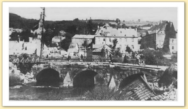 After the battle, the bridge is temporary fixed by using wood, cann be seen in the left part of the image. Compare this image with the previous and you cna spot the bell tower in the background and the roof of the rightmost house can aslo be seen.