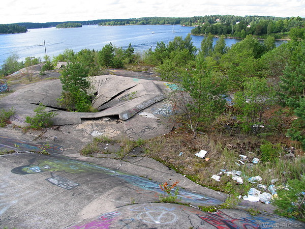 "Top of the 12:th battery ""keep"". Gun pit to the left and the covered sea lanes to stockholm in the background."