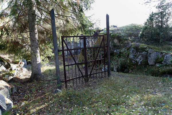 The gate to the 1:st battery is still there.
