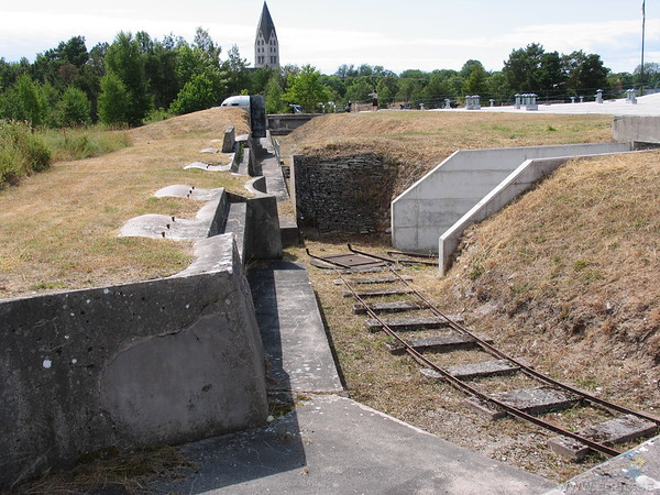 Rails were used to transport an armoured cupola with a machine gun around the defence positions.