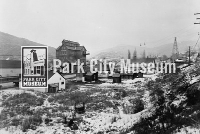 View of Park Avenue showing the Silver King Coalition Building, tramway, and buckets (Image: 1996-15-43, Roslyn Stewart Collection)
