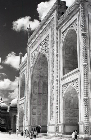 The proportions are so perfect that the Taj doesn't look huge until you get up close.