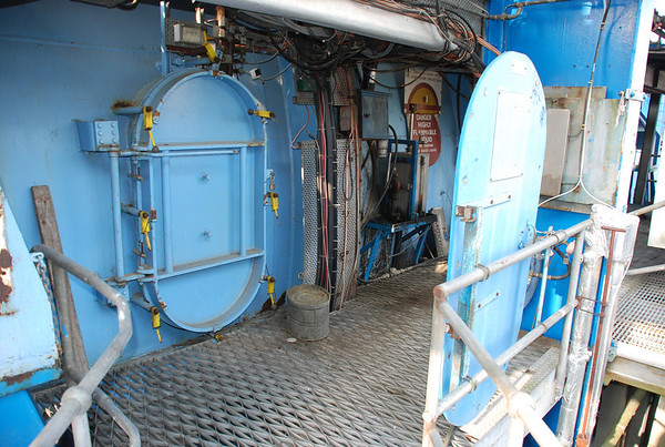 Huge pressure door