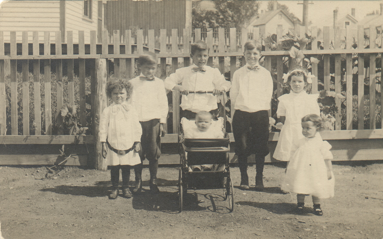 Standing: Malcolm, William, Herbert, Norman, Jennie, Borghild, Florence in the buggy
