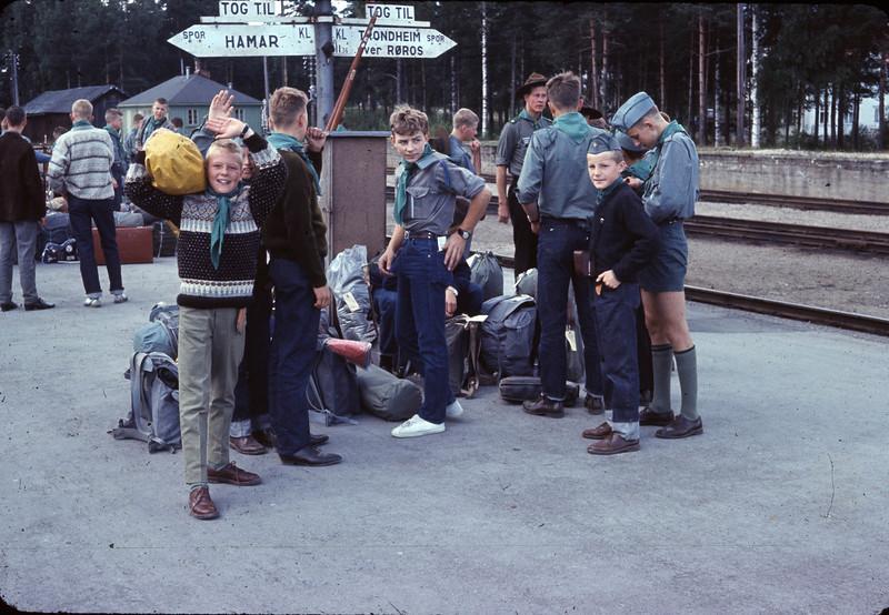 Avreise fra Elverum stasjon. Jeg regner med at det er på vei til Landsleir i Bodø og da var årstallet 1966