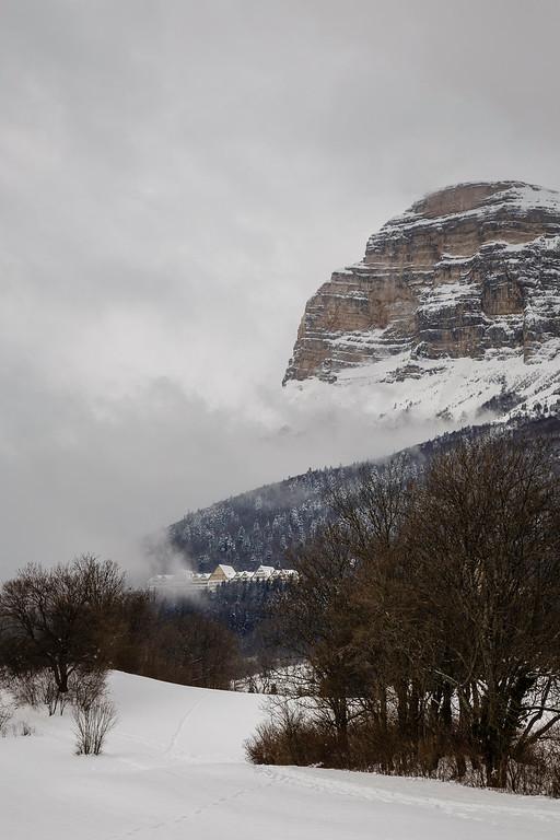 La Dent de Crolles surplombant les ruines du sanatorium des Petites Roches