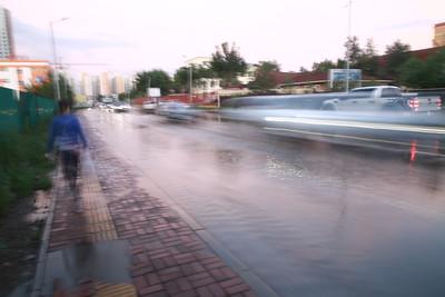 2021 оны зургадугаар сарын 25. ийслэлд орсон түр зуурын хүчтэй аадар борооны улмаас Хан-Уул дүүргийн Зайсан орчимд үер буулаа.  ГЭРЭЛ ЗУРГИЙГ Д.ЗАНДАНБАТ/MPA