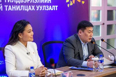 """2021 оны тавдугаар сарын 18. Ерөнхий сайд Л.Оюун-Эрдэнэ өнөөдөр соёлын салбарынхантай уулзаж, бүтээлч үйлдвэрлэлийг хөгжүүлэх болон соёл урлагаар дамжуулж эх орноо дэлхийд сурталчлах боломжийн талаар хэлэлцсэн юм.   Уулзалтын төгсгөлд Ерөнхий сайд 2024 он хүртэл хийх ёстой зорилтуудыг дэвшүүллээ.   Тэрбээр """"2024 он хүртэл Холливудын нэг киног Монголдоо хийх зорилго тавья. Үүнд Соёлын яам, Гадаад харилцааны яам, Сангийн яам болон Байгаль орчин, аялал жуулчлалын яам гэх зэргээр шаардлагатай бүтцүүд нь оролцоод ажиллая. Төр хувийн хэвшил хамтраад ажиллацгаая. Зураг төслөө бэлдчихвэл төсөв өргөн баригдахаас өмнө тооцооллоо гаргаад, 2022 оны Улсын төсөвт эхлэлийн хөрөнгөө суулгах боломжтой.  Хууль эрх зүйн орчноо бүрдүүлцгээе. Татвар, давхар даатгал гэх мэт асуудлуудаа Хууль зүйн яамтай ярилцаад шийдэх боломжтой. Ажлын хэсгийг Соёлын сайд ахалж, салбарын төлөөллөө багтаан ажиллах хэрэгтэй. Би Соёлын сайдыг Монгол-Америкийн Засгийн газрын комиссын даргаар томилох гэж байгаа. Удахгүй албажих болно. Энэ нь Холливуд гэх зэрэг олон талтай харилцах гол цонх нь болох юм.  Бидний тавих дараагийн зорилго нь 2024 он хүртэл Netflix дээр таваас доошгүй контент хийе. Дотоодын үзэгчид төдийлөн сайн мэдэхгүй ч гадаадын мэргэжилтнүүдээс өндөр үнэлгээ авсан кинонуудаа эсвэл гаднын компанитай хамтраад кино хийе. Нэг том киноны багахан хэсэг нь ч Монголд хийгдсэн байж болно. """"Галзуу хурд"""" киноны нэг давхилт нь Монголын говьд хийгдэж болно. Энэ нь том зүйл юм. Бага багаар ахих хэрэгтэй. Засгийн газраас дэмжих болно.  Ардын хувьсгалын 101 жилийн ойгоор Баяр наадмаа дэлхийд сурталчилсан том арга хэмжээг Монголдоо хийе. Үүнд бэлтгэе. Монгол Улсын төрт ёсны бахархал, нүүдэлчин ахуй зэрэг өв соёлоо нарийн гаргасан Наадам хэмээх контентыг хийе. Энэ гурван зорилтыг тавья"""" гэлээ.  ГЭРЭЛ ЗУРГИЙГ Б.БЯМБА-ОЧИР/MPA"""