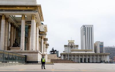 2021 оны дөрөвдүгээр сарын 20. Сүхбаатарын талбайд цагдаа нар хамгаалалтанд гарч, иргэдийг талбайн төв хэсгээр нэвтрүүлэхгүй байна. ГЭРЭЛ ЗУРГИЙГ Б.БЯМБА-ОЧИР/MPA