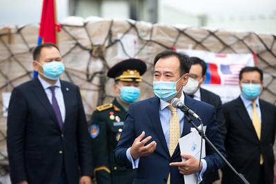 2020 оны зургадугаар сарын 21.  Монгол Улсын Засгийн газар, ард түмнээс АНУ-ын Засгийн газар, ард түмэнд нэг удаагийн хамгаалалтын өмсгөл хандивлав. ГЭРЭЛ ЗУРГИЙГ Б.БЯМБА-ОЧИР/MPA