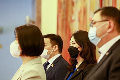 """2021 оны тавдугаар сарын 3. УИХ-ын гишүүн Ж.Сүхбаатар, Д.Өнөрболор, Б.Баярсайхан, Ц.Туваан нар өнөөдөр мэдээлэл хийлээ. Тэд цар тахалтай тэмцэж буй """"Эрүүл мэндийн салбарын ажилчид, эмч нарт баярлалаа"""" аяныг эхлүүлж буйгаа мэдэгдэв.           Энэхү аяныг Монголын бизнес эрхлэгчид дэмжиж, нэгдэж буйг УИХ-ын гишүүн Д.Өнөрболор хэллээ. Энэ хүрээнд эмч, эмнэлгийн ажилчдад дархлаа дэмжих эрүүл мэндийн бүтээгдэхүүн тараах ажил өнөөдрөөс эхлэх юм байна.ГЭРЭЛ ЗУРГИЙГ Б.БЯМБА-ОЧИР/MPA"""