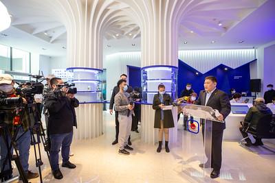 """2021 оны тавдугаар сарын 9. Засгийн газрын иргэд олон нийттэй харилцах 11-11 төв нь төрийн үйлчилгээний нэгдсэн систем """"e-Mongolia""""-ийн үйлчилгээний төв болон өргөжиж, Төв шуудангийн 1 давхарт нээгдлээ.  Нээлтийн арга хэмжээнд Ерөнхий сайд Л.Оюун-Эрдэнэ оролцож байна.     Тус төвөөр дамжуулан иргэд төрийн байгууллагын талаар санал хүсэлт, шүүмжлэл, гомдол, талархлыг биечлэн хүргэж болохоос гадна  """"e-Mongolia"""" системээр үзүүлдэг төрийн 40 орчим байгууллагын 500 гаруй цахим үйлчилгээний талаар заавар, зөвлөмж, туслалцаа үзүүлэх юм.   ГЭРЭЛ ЗУРГИЙГ Д.ЗАНДАНБАТ/MPA"""
