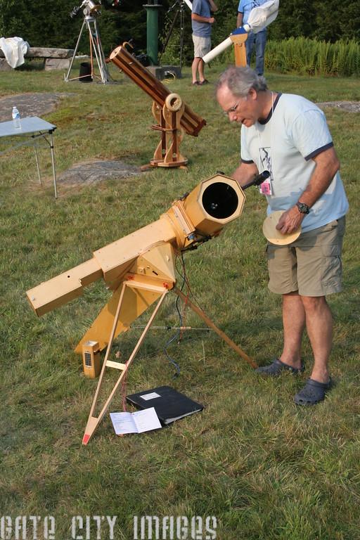 IMG_10976 Brad looking at Ians scope Stellafane 2014
