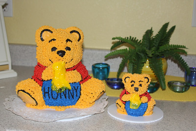 3D Winnie the Pooh cakes.