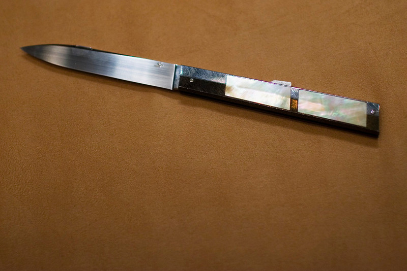 A lovely folder by Jean-Pierre Sucheras.  Note the facetted handle of damascus and mother-of-pearl.