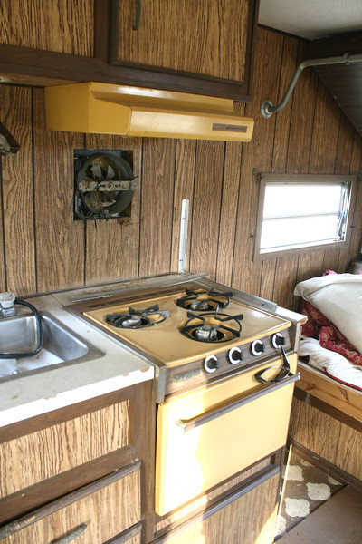 love the golden yellow stove!