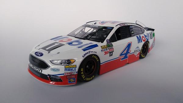 Revell Ford Fusion NASCAR Kevin Harvick 2017 #4 Mobil1