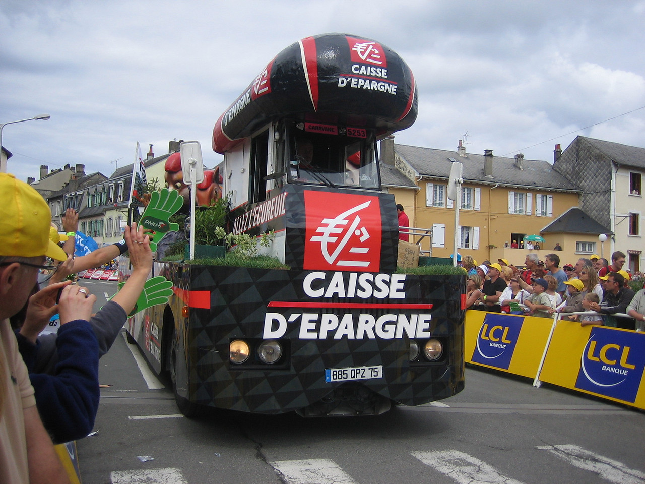Caisse D'Epargne is a bank, but why is their float a train full of animals??