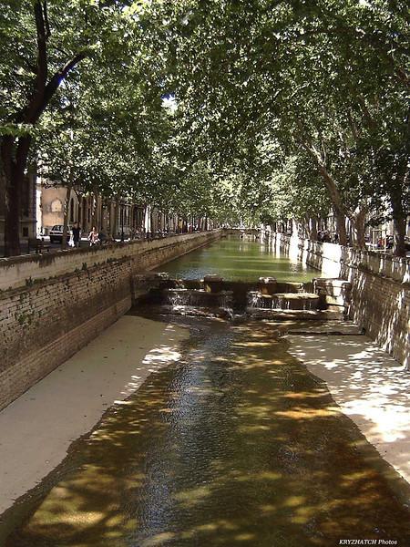 NIMES (30) - Canal en ville