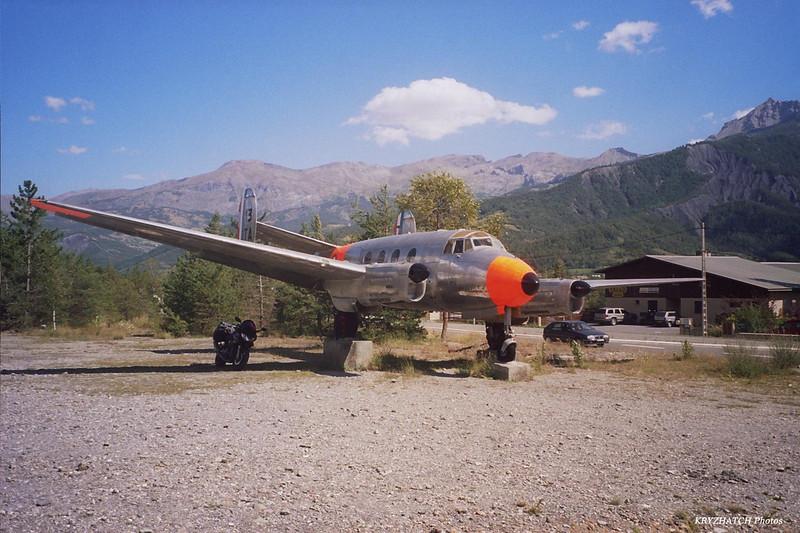 Avion à l'entrée de BARCELONNETTE (05)