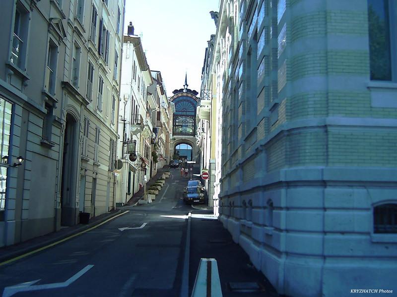 EVIAN - Rue montant dans la ville haute