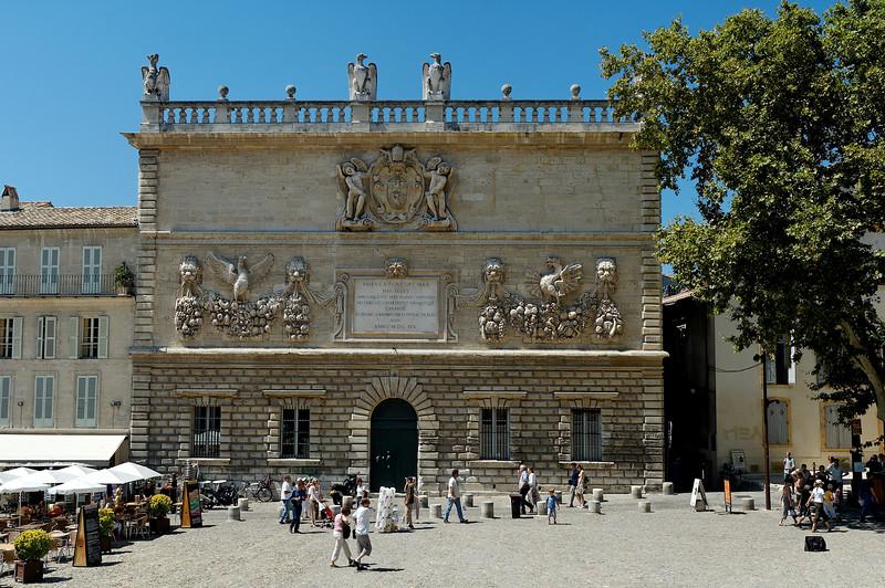 Le palais de la monnaie, situé juste en face du palais des papes
