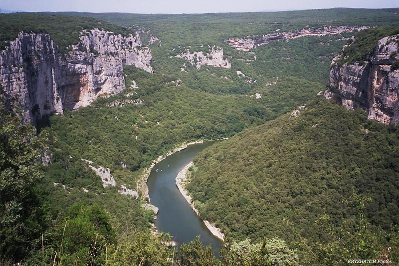 Ardèche parmi les roches